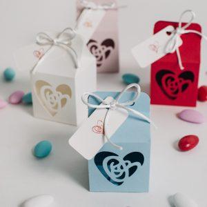 Una raffinata bomboniera con intaglio a forma di cuore, nei colori che preferisci